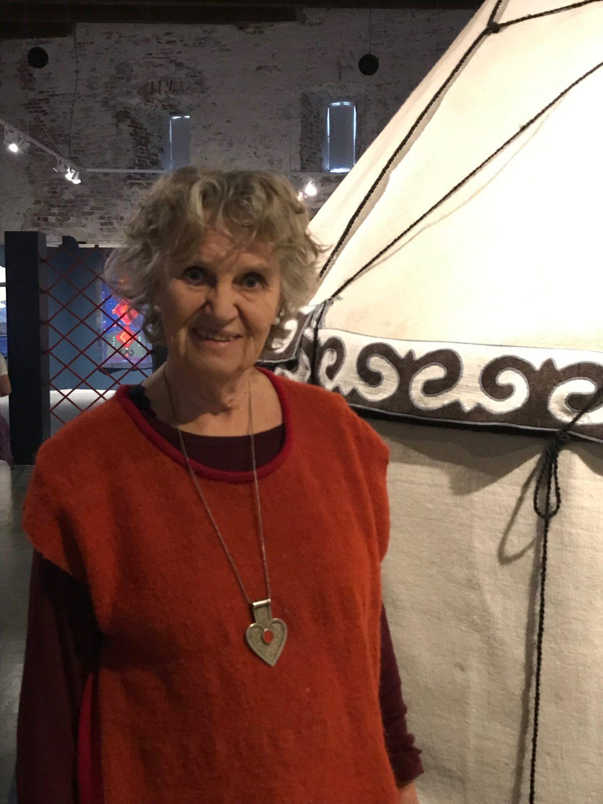 Kerstin Paradis Gustafsson vid sin Kirgiziska jurta.